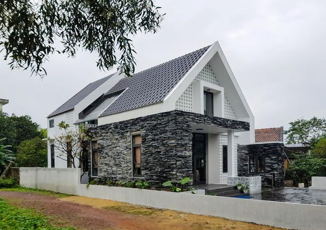 Ngôi nhà với vẻ ngoài khác lạ do chính anh Hùng tự tay thiết kế và chủ trì thi công.