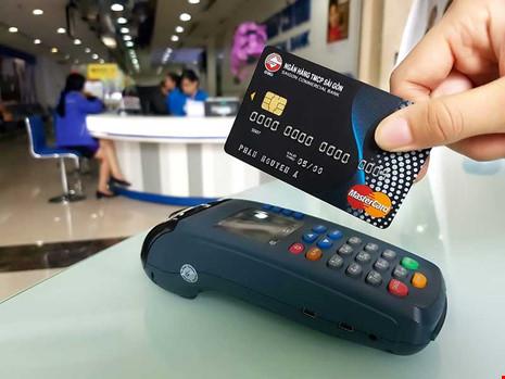 Việc thanh toán không dùng tiền mặt là chủ trương hoàn toàn đúng và nên làm sớm.