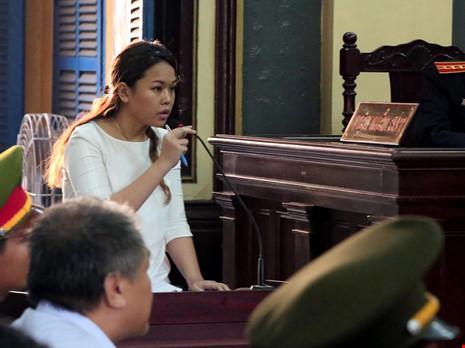 Bà Trần Ngọc Bích trả lời tại tòa