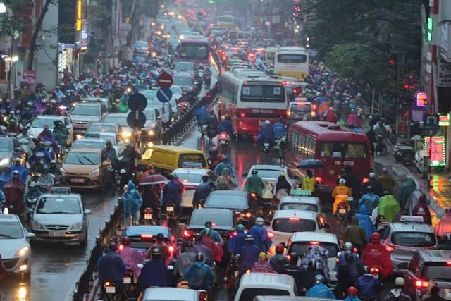 Hà Nội mưa tầm tã, đường tắc nghẹt khắp ngả - ảnh 3