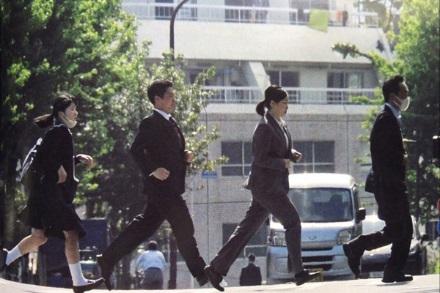Hình ảnh Công chúa cùng các vệ sỹ hối hả chạy cho kịp giờ lên lớp.
