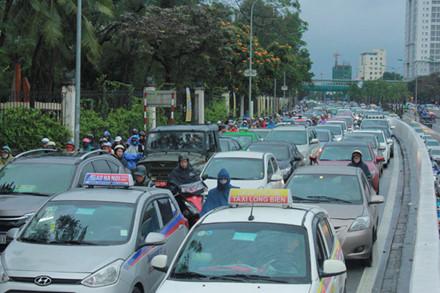 Tuyến đường Đại Cồ Việt cũng trong tình trạng tương tự. Mật độ phương tiện tham gia giao thông dày đặc. Hàng dài phương tiện nối đuôi nhau nhúc nhích từng bước trên đường.