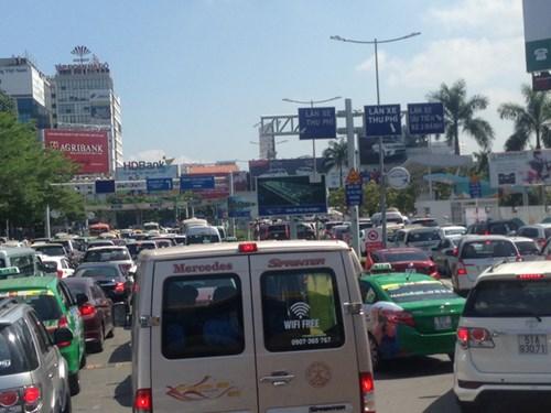 Cảnh tắc đường nặng nề ngay trong sân bay Tân Sơn Nhất.