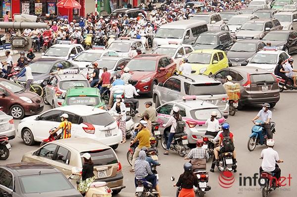 Theo chuyên gia, giải pháp chống ùn tắc giao thông theo quy luật của thế giới là hạn chế xe cá nhân...