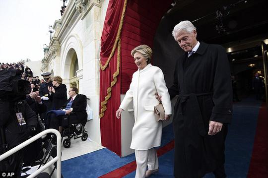 Cách ông Bill Clinton nắm tay vợ khá cứng nhắc. Ảnh: AP