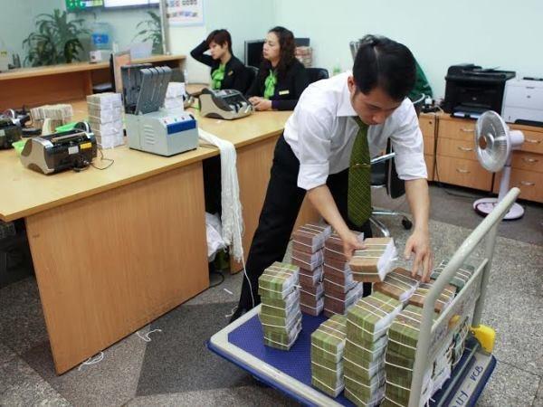 Nhân viên Vietcombank chuẩn bị tiền để tiếp quỹ ATM. (Nguồn: Vietcombank)