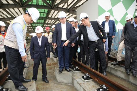 Phó Thủ tướng Trịnh Đình Dũng kiểm tra đường ray - hiện đã được lắp đặt xong- trên tuyến Cát Linh - Hà Đông. Ảnh: VGP/Xuân Tuyến
