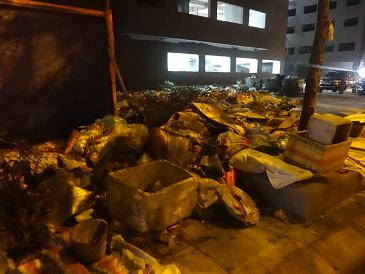 Bãi rác tự phát khổng lồ chất thành núi. Ảnh PV chụp tối 5/2