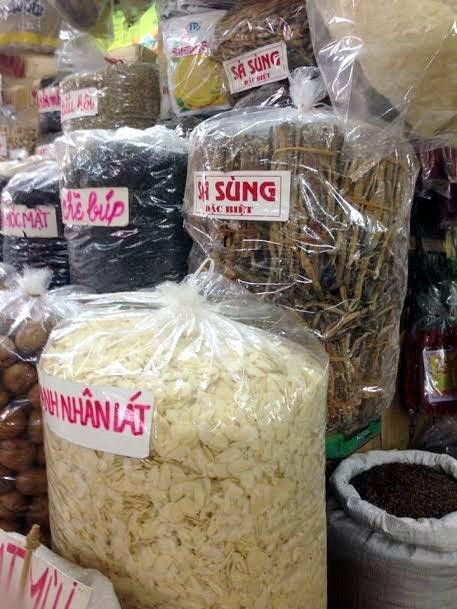 Hàng quý hiếm cũng chỉ được bày bán lẫn với các loại đồ khô khác (ảnh Thiên Khởi)