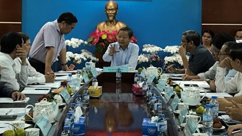 Ông Trần Trọng Tuấn – Giám đốc Sở Xây dựng (đứng) báo cáo tại cuộc họp.