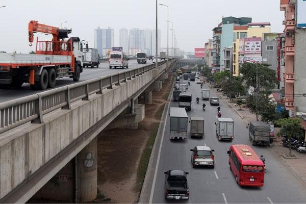 Phương tiện từ cao tốc Pháp Vân - Cầu Giẽ về 2 bến xe Nước Ngầm, Giáp Bát và nội đô đều hướng vào nút giao Pháp Vân - Ảnh: Khánh Linh