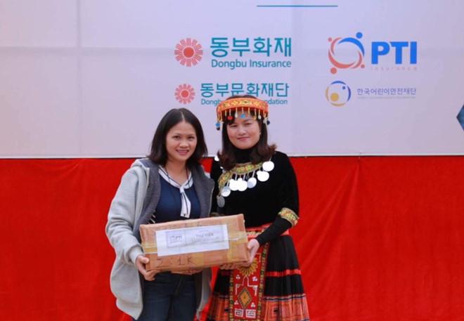 """""""Ấm lòng"""" món quà Bảo hiểm Bưu điện cùng Quỹ Dongbu tặng học trò vùng cao - ảnh 2"""