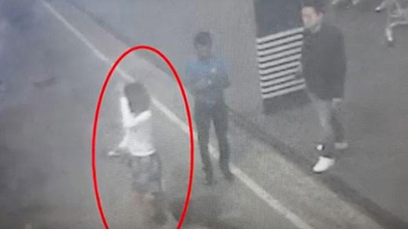 Người phụ nữ được cho đã nhanh chóng bắt taxi rời đi sau khi tiếp cận ông Kim. Ảnh: KBS.