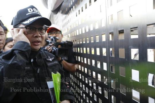 Nhân viên DSI bên ngoài chùa trước khi bắt đầu quá trình đàm phán. Ảnh: Bangkok Post