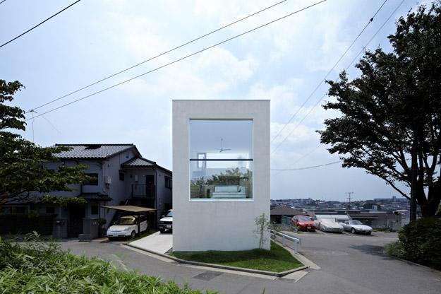 Ngôi nhà có vị trí tuyệt đẹp trên một ngọn đồi của thành phố Yokohama. Không gian bao quanh rộng thoáng và rất nhiều cây xanh.