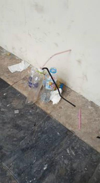 Dụng cụ đập đá mà người dân chụp được của nhóm đối tượng bỏ lại khu vực cầu thang bộ tại Cụm chung cư 229 Phố Vọng.