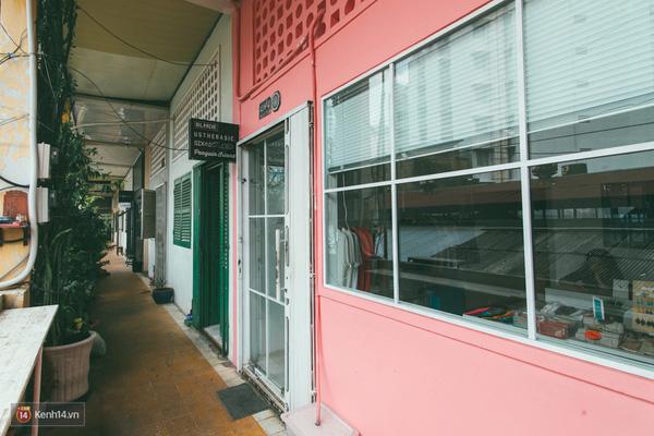 Nhờ những shop thời trang như thế này mà các dãy chung cư cũ bỗng trở nên tươi mới, sinh động và nhiều màu sắc hơn.