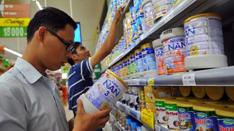 Giá sữa luôn là chủ đề được người tiêu dùng quan tâm.