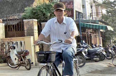 Hình ảnh quen thuộc ông Nguyễn Sự đạp xe đi làm ở Hội An khi còn công tác