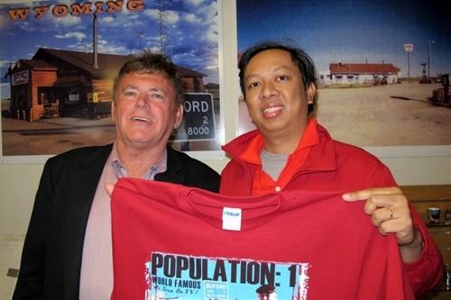 Ông Phạm Đình Nguyên và Don Sammons, cư dân duy nhất của thị trấn Buford. Ảnh: AP.