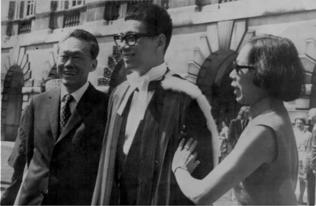 Năm 1973, Lý Hiển Long tốt nghiệp hạng ưu ngành Khoa học Máy tính của Trường Trinity thuộc Đại học Cambridge (Anh) và đạt cả danh hiệu Senior Wrangler. Senior Wrangler có thể xem là Trạng nguyên hoặc Thủ khoa về toán ở Đại học Cambridge và thường được miêu tả là danh hiệu học thuật cao quý nhất có thể đạt được trên đất Anh. Nhiều người đã nuối tiếc khi ông không theo đuổi con đường học thuật. Rời Cambridge, Lý đến Đại học Harvard (Mỹ) nhưng để học Thạc sĩ Hành chính công. Ảnh: Gia đình Lý Quang Diệu.