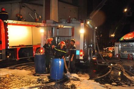 Lực lượng chức năng đã khống chế được ngọn lửa và đang xịt nước để hạ nhiệt khu vực cháy.