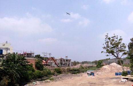 Khu vực quận Bình Tân, công tác giải phóng mặt gặp nhiều khó khăn do nhiều người dân bị ảnh hưởng không đồng tình với mức bồi thường hỗ trợ di dời. Ảnh: K.B
