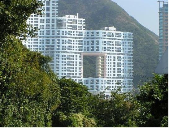 Thật khó tìm thấy ở nơi nào khác ngoài Hồng Kông kiểu kiến trúc độc đáo này.
