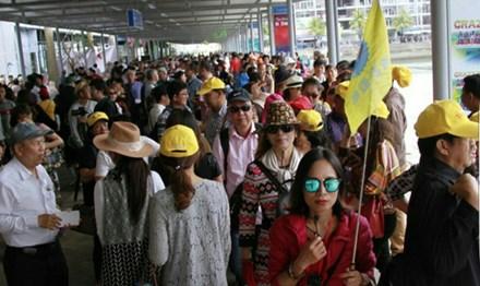 HDV tiếng Trung dẫn khách Trung Quốc tại cảng Tuần Châu, TP Hạ Long.