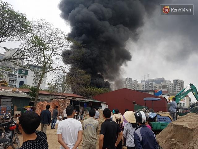 Rất đông người dân vây quanh hiện trường, nhiều người di dời tài sản ra khỏi khu vực cháy.