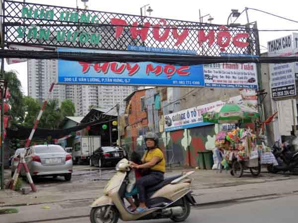 Quán nhậu Thủy Mộc tại số 300 đường Lê Văn Lương, là 1 trong 8 thửa đất trong sổ đỏ có tên ông Thống, nằm cách phần đất mà ông Cò khiếu nại hơn 1km. Ảnh: Giáng Thăng