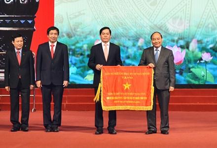 Thủ tướng trao Cờ Thi đua của Chính phủ cho Đảng bộ Khối Doanh nghiệp Trung ương.