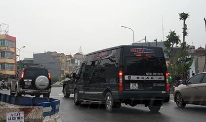 Xe Limousine hoán cải từ 16 chỗ xuống 9 chỗ ngồi để lách luật, luồn lách khắp ngõ ngách đón khách