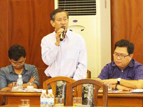 Ông Trần Văn Thọ (đứng) cho biết đang tìm thuê đơn vị tư vấn hoàn chỉnh ý tưởng quy hoạch khu vực vịnh Nha Trang. Ảnh: TL