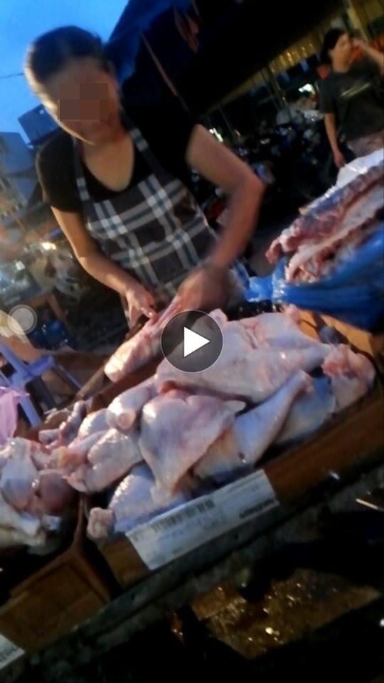 Thịt gà đông lạnh được bán ở chợ Phùng Khoang (ảnh cắt từ clip).