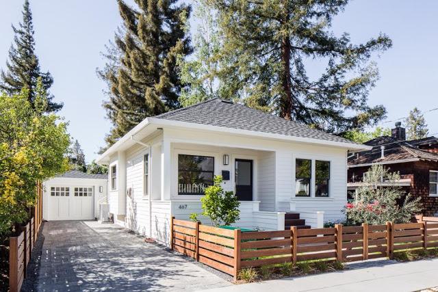 Ngôi nhà cấp 4 với gam màu trắng toát nổi bật giữa màu xanh của cỏ cây hoa lá xung quanh.