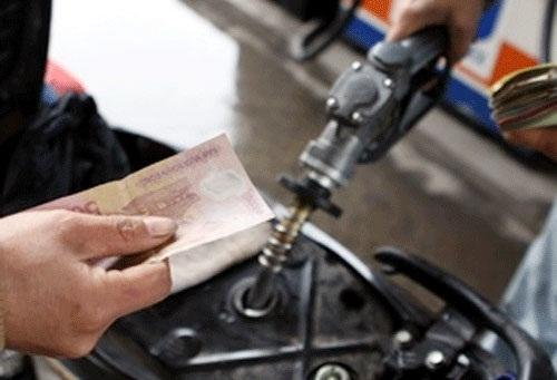 Mua xăng theo số tiền chẵn là một trong những thói quen tiếp tay cho hành vi gian lận khi đổ xăng. Ảnh minh họa