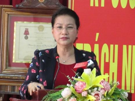 Chủ tịch QH Nguyễn Thị Kim Ngân trả lời ý kiến cử tri hai phường An Lạc, Tân An ngày 28-4. Ảnh: N.NAM