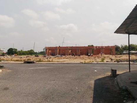 Dãy nhà liên kế sáu căn (thuộc dự án chợ Mỹ Khánh và khu dân cư) chưa được cấp phép vẫn đang xây dựng bình thường vào ngày 17-4. Ảnh: N.NAM