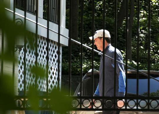 Ông Comey tại ngôi nhà của mình bên ngoài Washington sau khi bị sa thải. Ảnh: AP