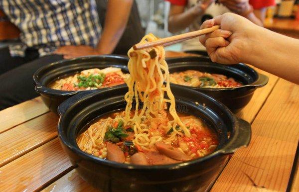 Mỳ cay Hàn Quốc cũng đang ít khách ăn