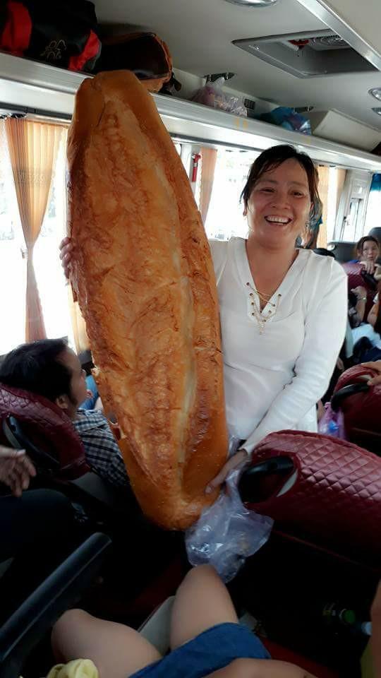 Mọi người hào hứng khoe chiếc bánh mì. Ảnh: Facebook