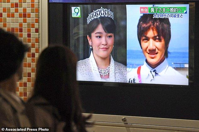 Người dân tập trung đón xem bản tin thông báo về việc đính hôn của Công chúa Mako cùng người bạn trai Komuro.