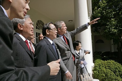 Sau cuộc gặp trong phòng Bầu dục, ông Bush hướng dẫn Thủ tướng Phan Văn Khải và đoàn đại biểu Việt Nam thăm Vườn Hồng, Nhà Trắng. Ảnh: website Nhà Trắng