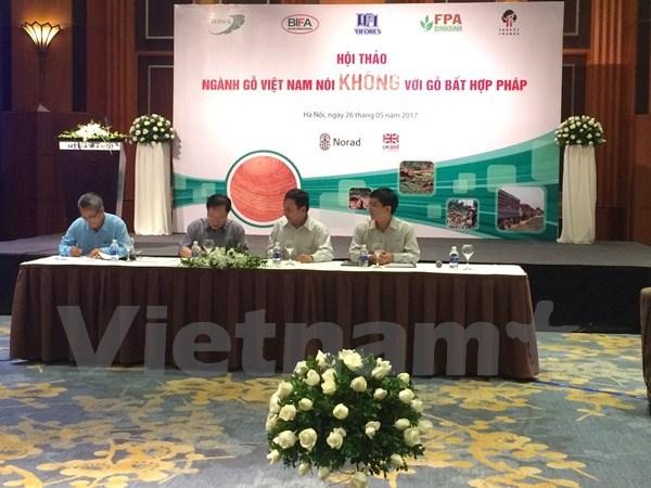 Các Hiệp hội ngành Gỗ Việt Nam ký cam kết nói không với gỗ bất hợp pháp trong bản tuyên bố chung. (Ảnh: Thanh Tâm/Vietnam+)
