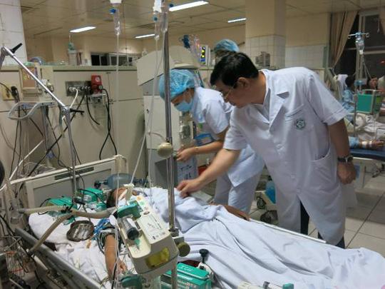 Nạn nhân trong vụ 18 bệnh nhân chạy thận nhân tạo bị tai biến ở Hòa Bình đang được các bác sĩ chăm sóc