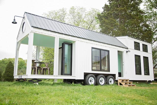 Ngôi nhà nhỏ tuyệt đẹp nằm yên bình giữa thảm cỏ xanh mướt.