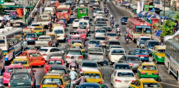 Khung cảnh ô tô trên một đường phố tại Thái Lan