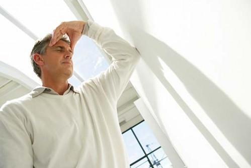 Da khô, đau đầu, chóng mặt, buồn nôn có thể là dấu hiệu của say nắng.