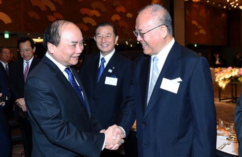 Thủ tướng trao đổi với đại diện doanh nghiệp Nhật Bản.